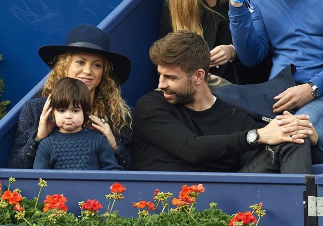 Hai người đưa cả cậu con trai Milan tới xem giải đấu tenní Barcelona mở rộng.