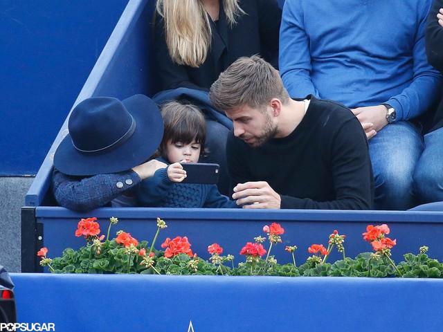 Cả hai đều dành sự quan tâm tới cậu con trai nhỏ.