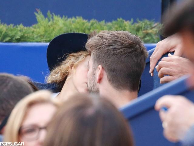 Shakira và Pique đã cùng trao nhau nụ hôn ngọt ngào.