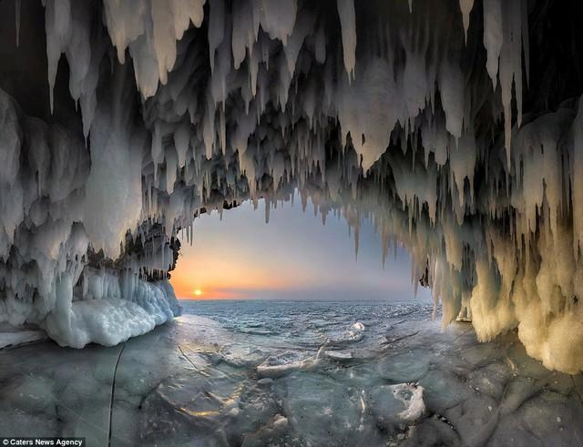Nhiếp ảnh gia Andrey đã rất mạo hiểm khi tiến vào hang băng.