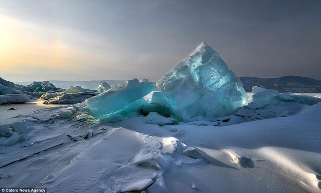 Băng ở hồ Baikal còn nổi tiếng bởi màu xanh ngọc đẹp ngỡ ngàng.