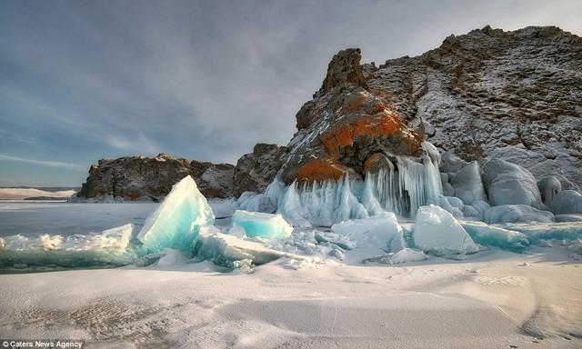 Ánh nắng bình minh càng làm nổi rõ hơn màu xanh ngọc tuyệt đẹp của những khối băng.