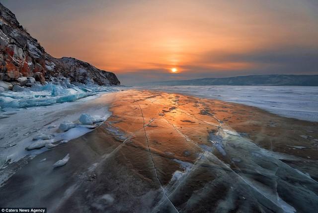 Một vài lớp băng bên hồ đã tan bớt đi.