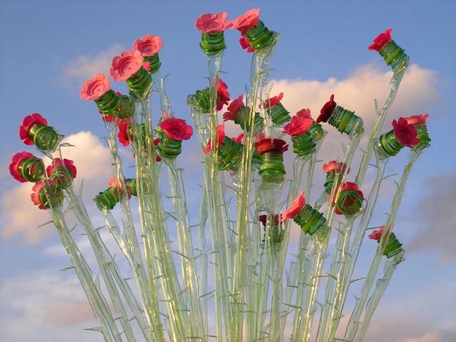 Nữ nghệ sĩ còn khéo léo tạo hình vỏ chai thành những cây hoa giống trong tự nhiên.