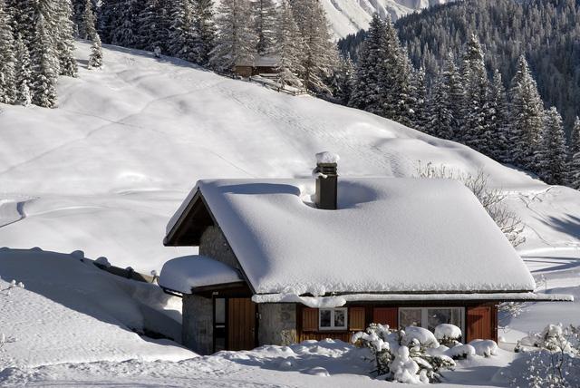 Một mái nhà ở Thụy Sĩ được phủ kín bởi một màu trắng của tuyết