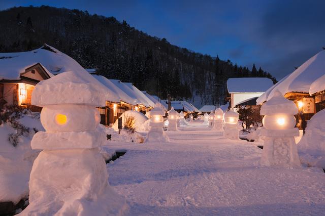 Buổi tối yên bình trong tuyết trắng của một ngôi làng tại Nhật Bản