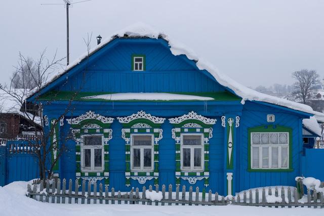 Ngôi nhà màu xanh rực rỡ ở xứ sở Bạch Dương dường như lung linh hơn với sắc trắng của tuyết