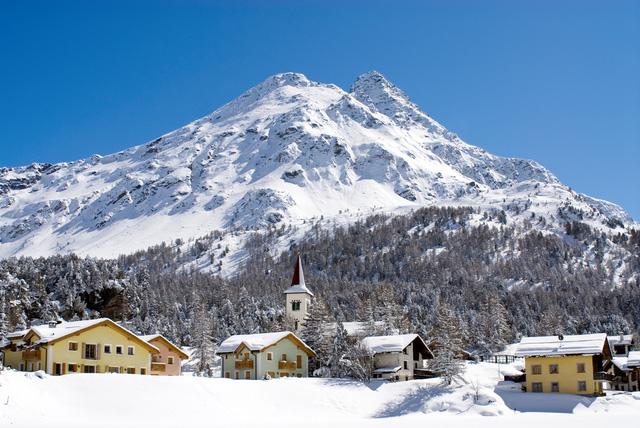 Những ngôi nhà đầy màu sắc nằm dưới chân núi ở Thụy Sĩ