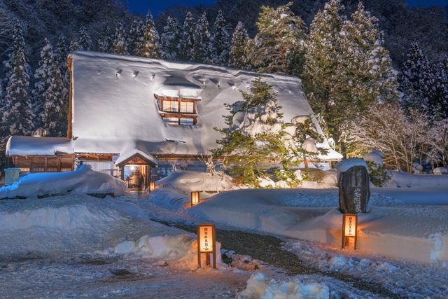 Khi màn đêm buông xuống cũng là lúc căn nhà nhỏ nhắn ở Nhật Bản trở nên lung linh với sự trợ giúp của các ngọn đèn