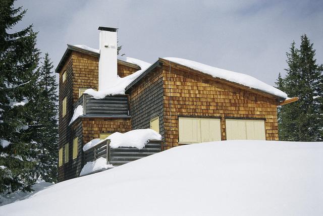 Nhưng biết đâu, ông già Noel lại thích ngôi nhà hiện đại mang đậm phong cách Áo này hơn