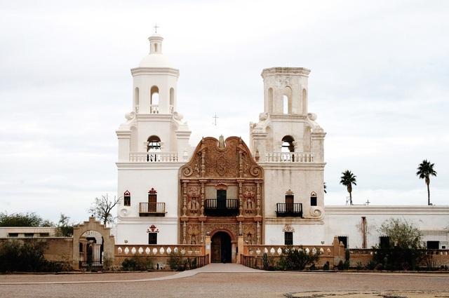 Mission San Xavier del Bac, thành phố Tucson, bang Arizona, Mỹ. Ảnh: Al Mansker/Snapwire.