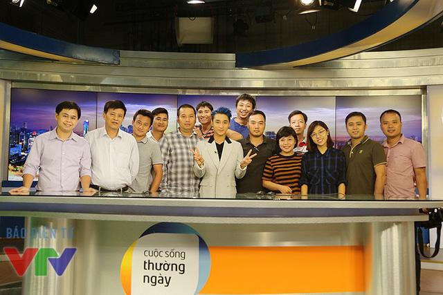 Sơn Tùng M-TP chụp ảnh lưu niệm cùng ê-kíp chương trình Cuộc sống thường ngày.
