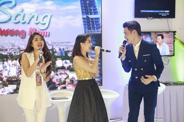 MC Thùy Linh, ca sĩ Thanh Ngọc và BTV Hồng Phúc trong tiết mục tam ca. Tiết mục này đã nhận được sự hưởng hứng nhiệt tình của những khán giả tới thăm gian hàng của Sáng Phương Nam sáng nay.
