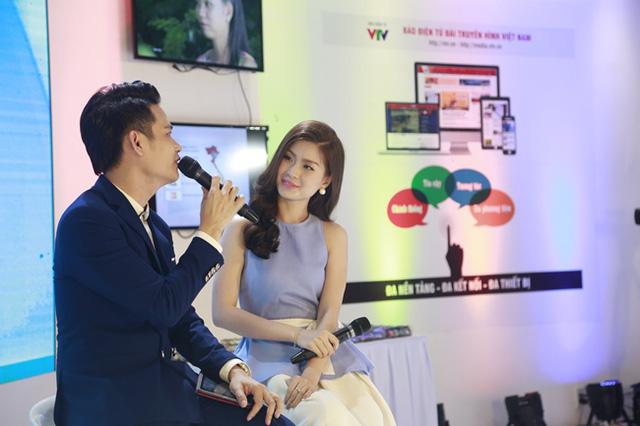 BTV Hồng Phúc trò chuyện với Á hậu Diễm Trang. Diễm Trang cũng là một trong những người dẫn đã có nhiều gắn bó với Sáng Phương Nam trong suốt một năm qua.