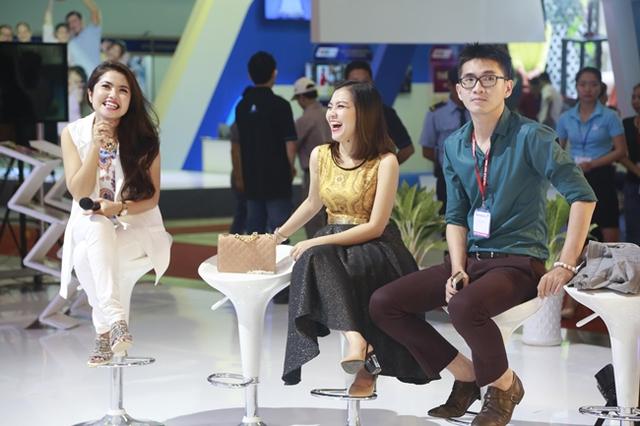 MC Thùy Linh và ca sĩ Thanh Ngọc cười rạng rỡ khi xem tiết mục của các đồng nghiệp trên sân khấu.