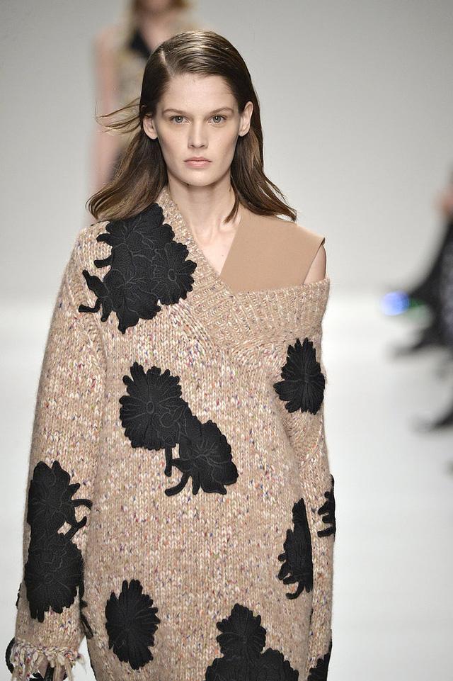 Không chỉ ở những bộ váy nữ tính, hoa còn có ở trang phục chất liệu len.