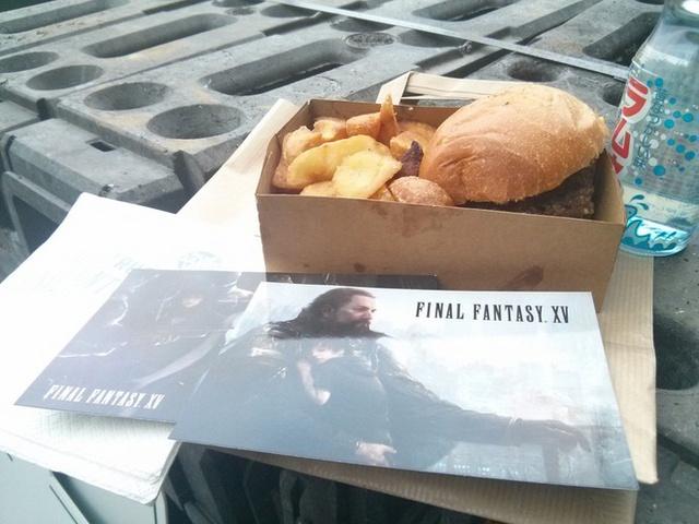 Một suất ăn tại cửa hàng đồ ăn nhanh Final Fantasy XV tại Pháp