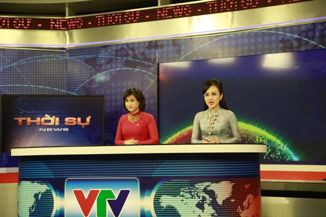BTV Hương Linh và BTV Hoài Anh chuẩn bị trang phục kỹ càng cho Bản tin Thời sự 19h cuối cùng của năm Giáp Ngọ