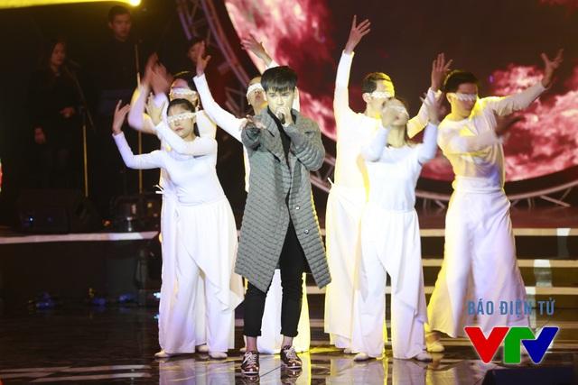Nguyễn Trần Trung Quân cháy với Lửa trên sân khấu Bài hát yêu thích tháng 12.