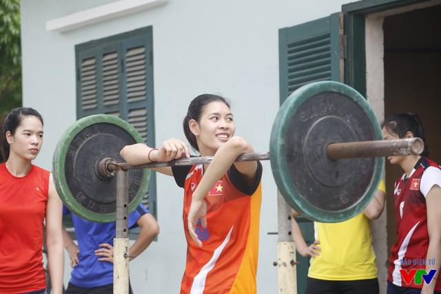 Buổi tập của ĐT nữ bóng chuyền Việt Nam diễn ra trong không khí vui vẻ. Sau buổi tập cuối, ngày 12/7, đoàn đội di chuyển vào TP.HCM tiếp tục bước vào giai đoạn 2 chuẩn bị cho VTV Cup 2015.