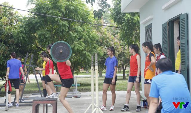 ĐT bóng chuyền nữ trong buổi tập thể lực với tạ.