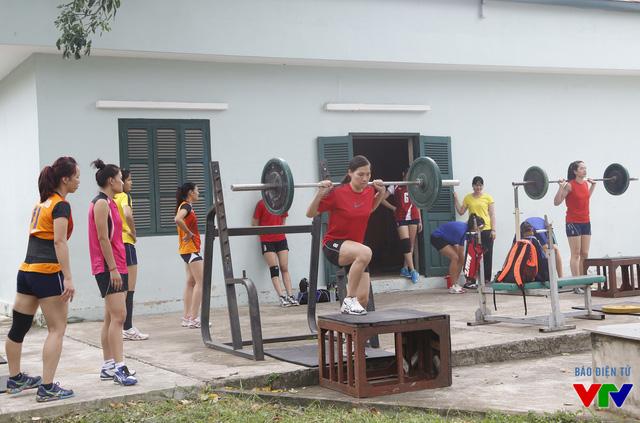 Mỗi cô gái phải gánh mức tạ 20 kg, thực hiện 10 lần liên tục và lặp lại nhiều lần.