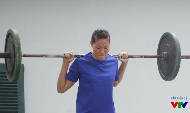 Chị cả Nguyễn Thị Ngọc Hoa gương mẫu tập luyện dù cựu binh này sắp bước sang tuổi 28.