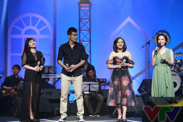 Hình ảnh Ngọc Khuê và hai ca sĩ khách mời Khánh Linh và Tạ Quang Thắng giao lưu với khán giả.
