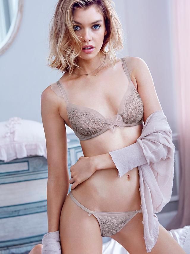 Không chỉ được biết đến trong vai trò một người mẫu, Stella Maxwell còn nổi tiếng với nickname bạn gái của Miley Cyrus. Cô người mẫu nổi loạn này từng là gương mặt của các hãng H&M, Puma, Urban Outfitters, Alexander McQueen,...