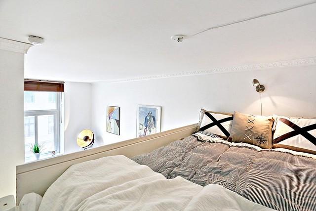 Giường ngủ nhã nhặn với tông màu nâu và trắng.