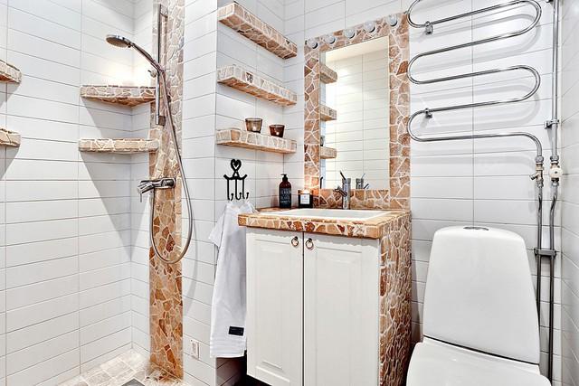 Phòng tắm được tạo điểm nhấn bằng những phần tường gạch nâu. Đặc biệt, đường ống nước được lắp đặt thành những đường cong ấn tượng.
