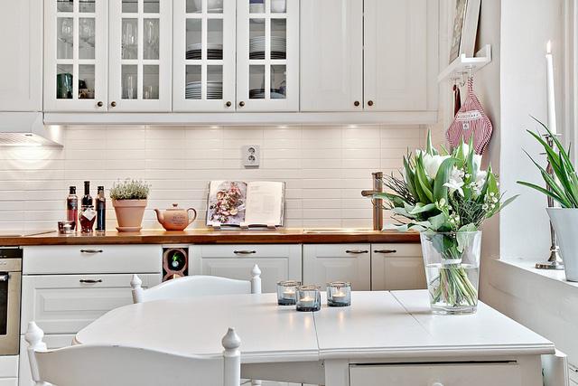 Chủ nhân cũng không quên trang trí bàn ăn và bếp bằng những lọ hoa, chậu cây nhỏ.