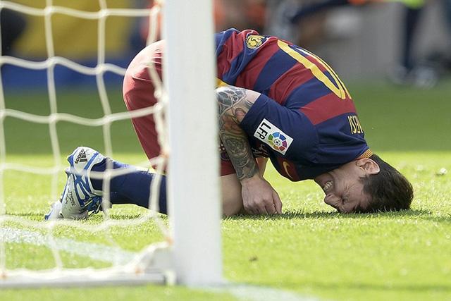 Vẻ đau đớn của Messi sau va chạm.