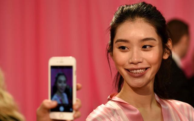 Người đẹp Trung Quốc Ming Xi tự sướng với khuôn mặt được trang điểm rạng rỡ.