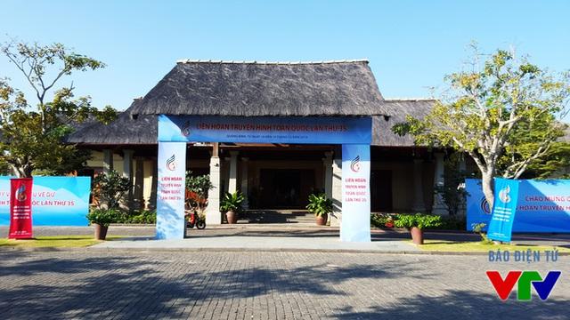 Khuôn viên bên ngoài Hội trường Sun spa Resort - địa điểm tổ chức lễ khai mạc LHTHTQ 35 (Ảnh: Đ.Long)