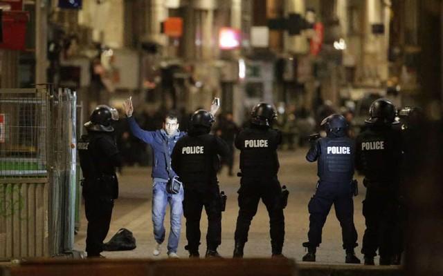 An ninh ở Saint Denis được duy trì ở mức cao nhất; người dân sinh sống trong khu vực bị kiểm soát gắt gao. (Ảnh: Reuters).