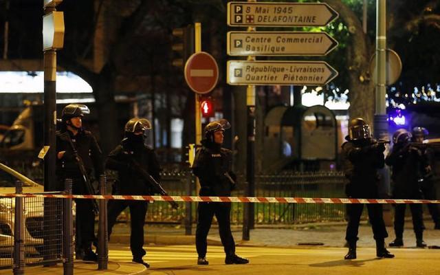 Cảnh sát Pháp sau đó đã phong tỏa đường Jean Jaures ở Saint Denis. (Ảnh: Reuters).