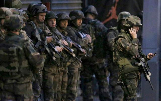 Để thắt chặt an ninh, cảnh sát Pháp tiến hành lục soát, kiểm tra những người khả nghi ở Saint Denis. (Ảnh: Reuters).