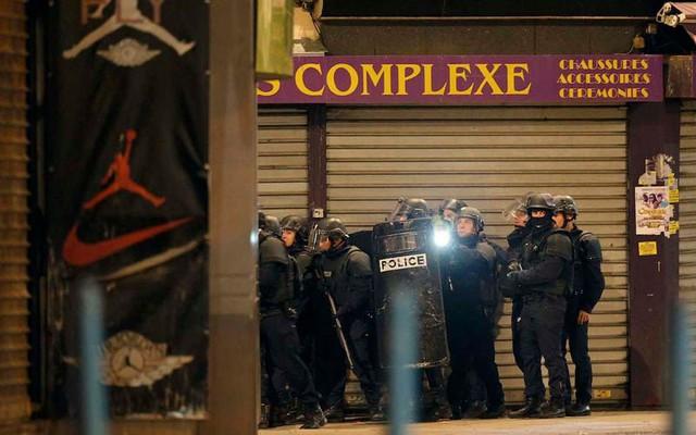 Saint Denis hiện tràn ngập cảnh sát và binh sỹ quân đội. (Ảnh: Reuters).