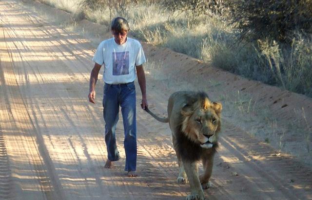 Ông cũng thường dắt Zion đi dạo.