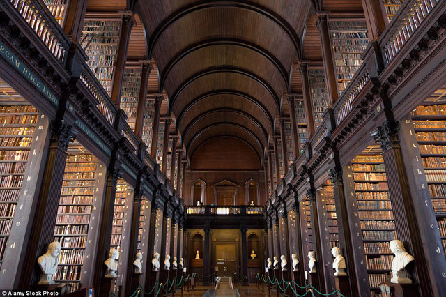 Được xây dựng từ năm 1712 đến 1732, phòng đọc lớn của thư viện trường Đại học Trinity chứa hơn 200.000 quyển sách cũ có giá trị.