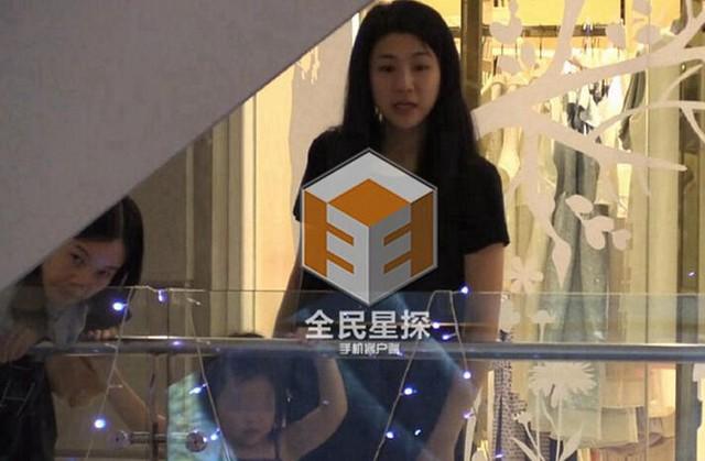 Tạ Dịch Hoa và con gái ở chung phòng khách sạn với Chung Hán Lương ở Bangkok. Hai mẹ con đến Thái Lan để chúc mừng sinh nhật Chung Hán Lương 41 tuổi vào ngày 30/11. (Ảnh: QQ)