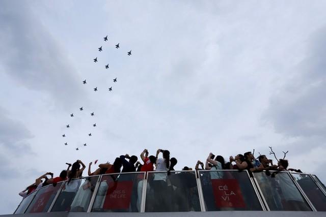 20 chiến đấu cơ F-16 dàn đội hình thành số 50 trong lễ kỷ niệm 50 năm quốc khánh.