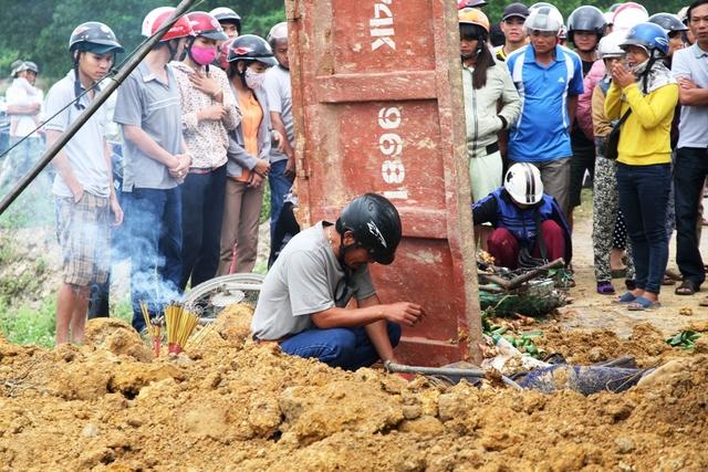 Đất trên xe tải ben tràn ra ngoài, đè lên người nạn nhân. (Ảnh: Dân trí)