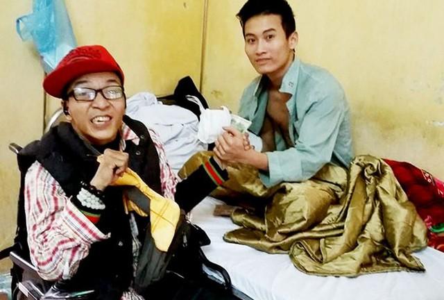 Cuối tháng 3, Tân tham gia tình nguyện tại Bệnh viện Huyết học và Truyền máu Trung ương. Hiện tại, không có khả năng nói lưu loát, Tân chọn giải pháp trao đổi với các bạn trẻ qua Facebook.