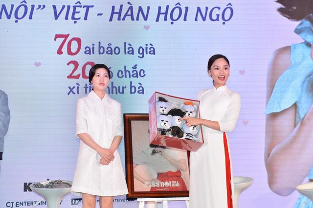 Miu Lê cũng nhận được món quà xinh xắn từ Miss Granny Hàn Quốc