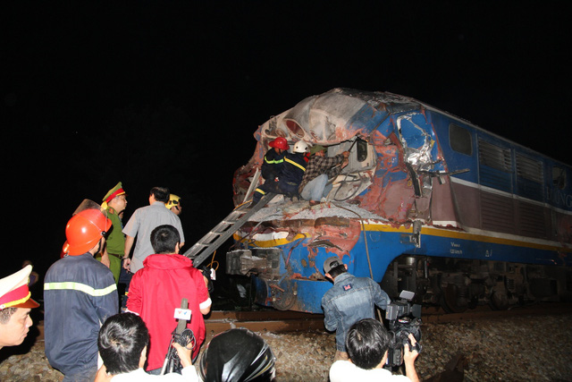 Cảnh sát và công nhân ngành đường sắt được điều động bảo vệ hiện trường và thực hiện công tác cứu hộ trong đêm 10/3