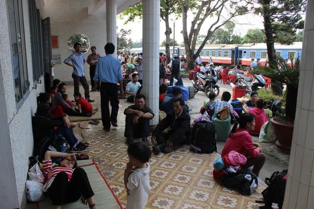 Hành khách trên tàu được đưa về ga Quảng Trị