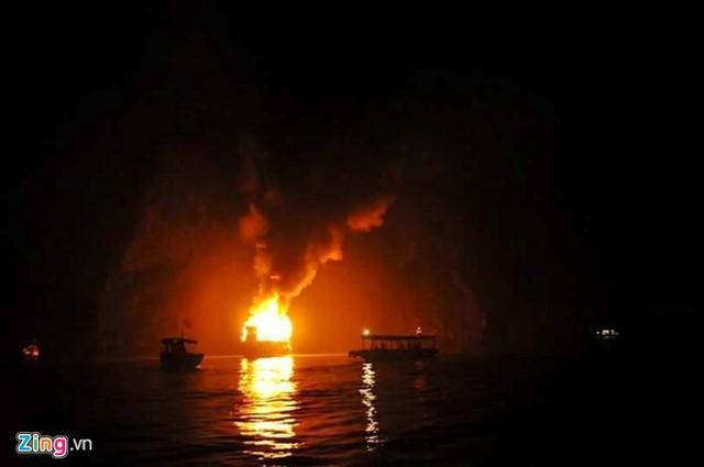 Các tàu trên vịnh Hạ Long đã tham gia cứu hành khách và chữa cháy tàu QN 2566. (Ảnh:Lê Hòa/Zing)