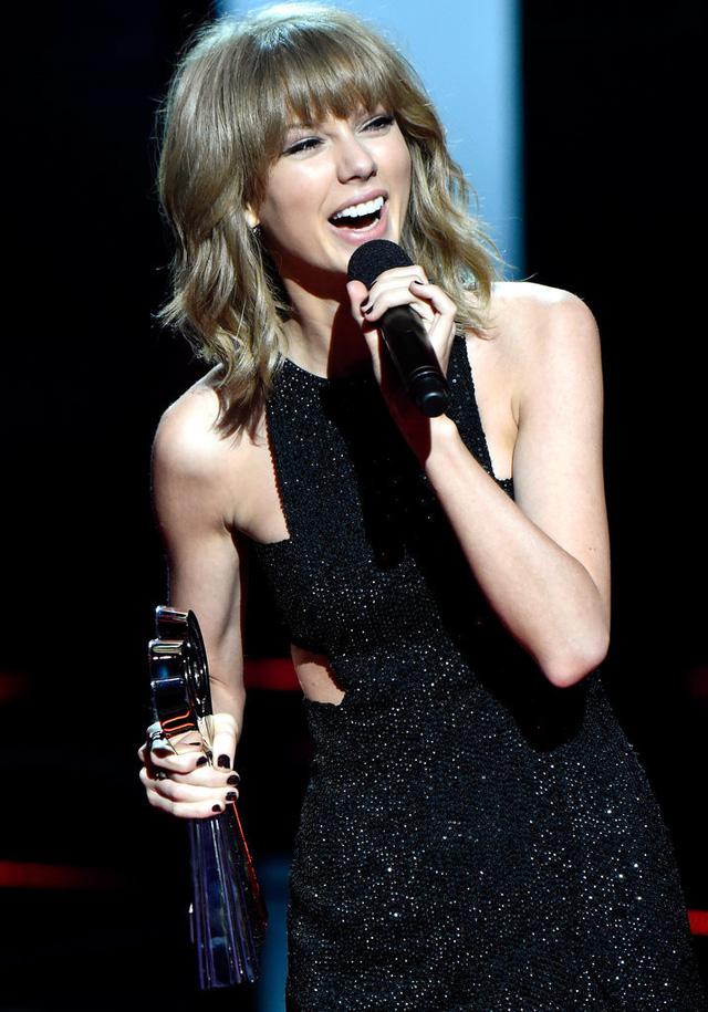 Sau đó, cô rạng rỡ bước lên bục nhận giải thưởng Best Lyrics